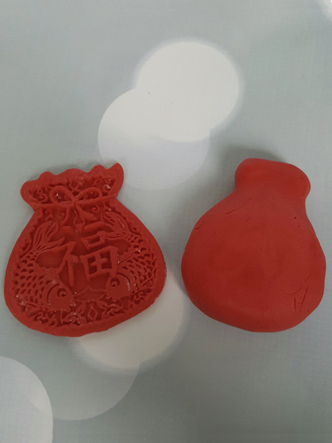 Making-a-Chinese-Lucky-Money-Bag-for-cake-decorating